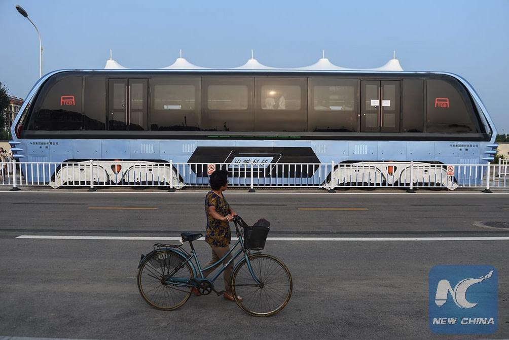В Китае запустили автобус, который проезжает над машинами рис 3