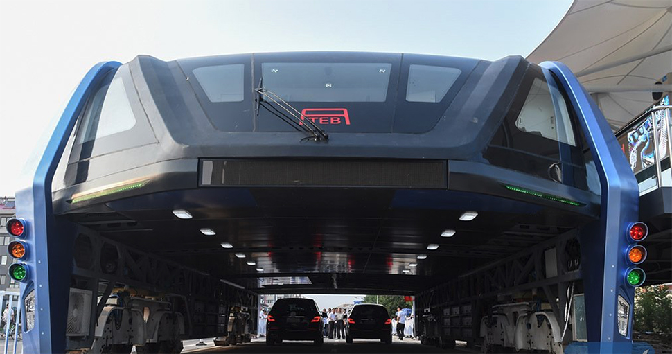 В Китае запустили автобус, который проезжает над машинами