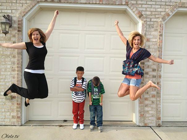 Ликующие родители, которые ждали и дождались-таки 1 сентября