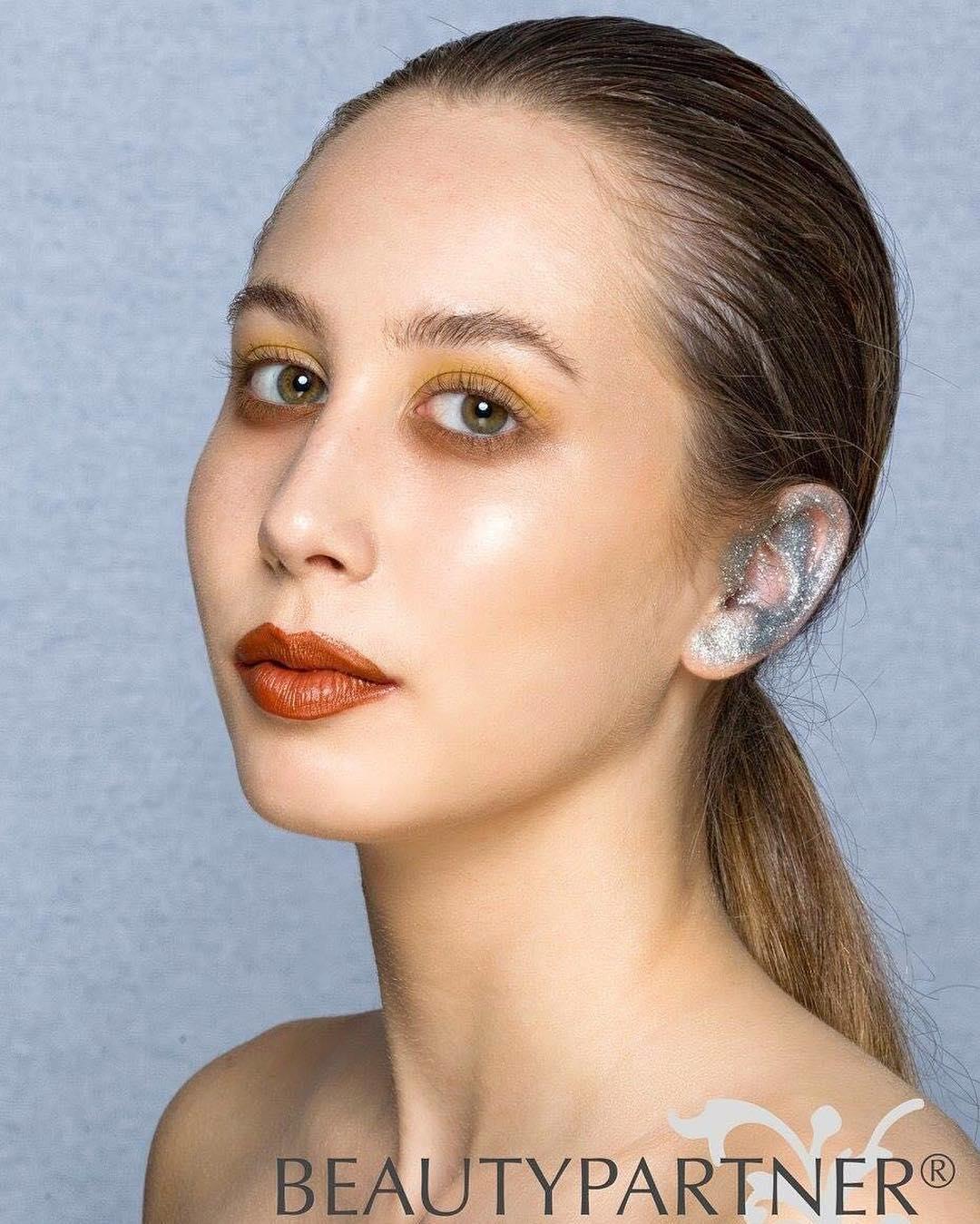 В краску вгоняешь: в инстаграме новый тренд — модники красят уши