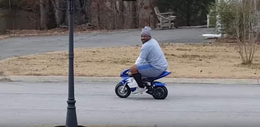 Мужчина истерически смеётся над соседом, который тестирует минибайк