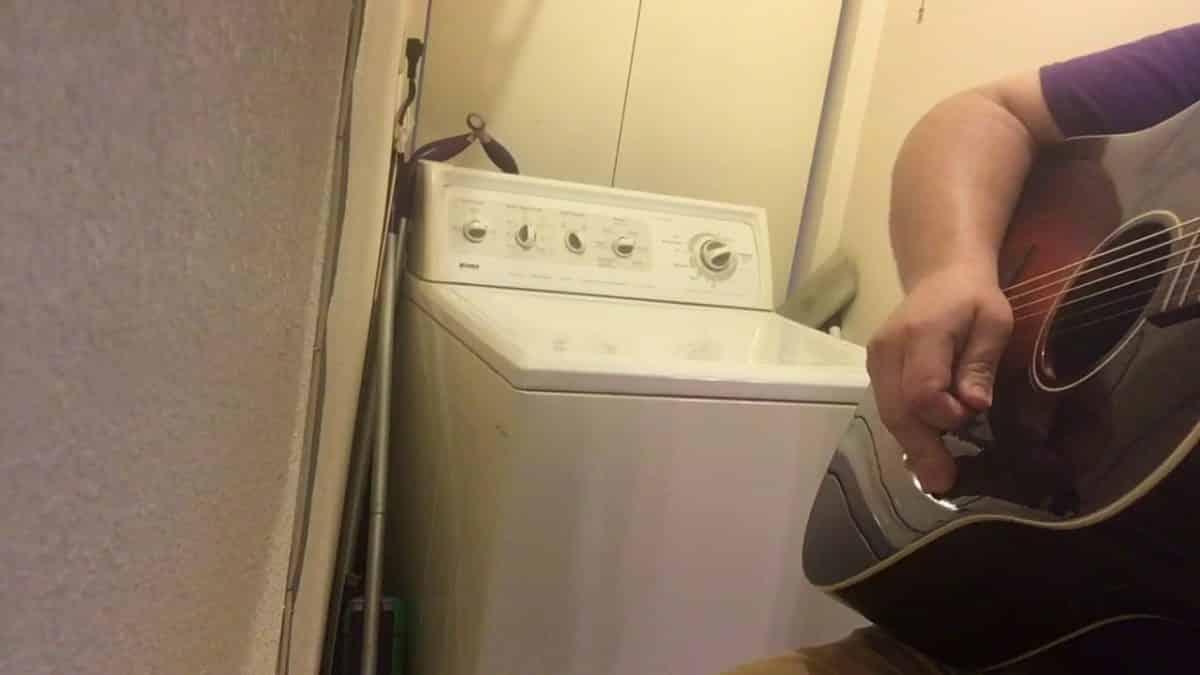 И вещи постирал и народ повеселил: культовая песня AC/DC в исполнении самой музыкальной стиральной машины