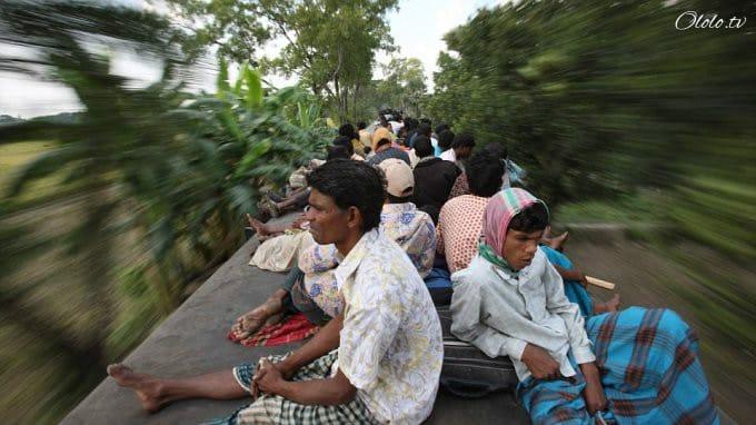 Шокирующие кадры: они вынуждены вцепляться в электричку, чтобы вернуться с работы домой!