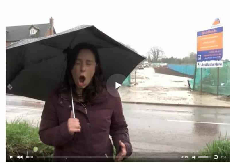 Журналистку во время репортажа трижды окатили водой из лужи. Видео