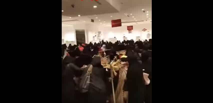 Жительницы Саудовской Аравии сражаются за одежду на распродаже. Видео
