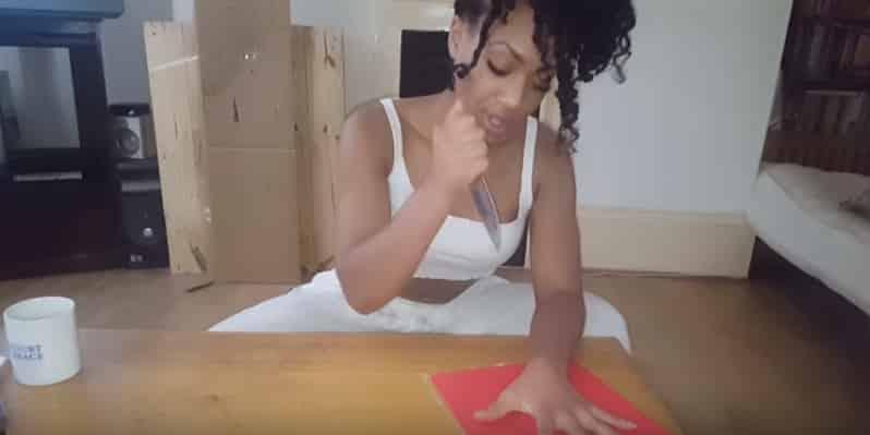 Девушка играет в опасную игру с ножом и пальцами. Видео