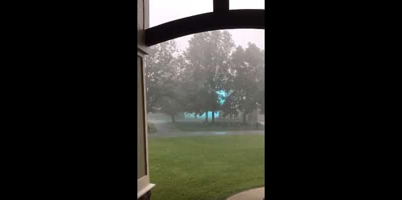 Мужчине посчастливилось заснять на мобильный телефон шаровую молнию. Видео