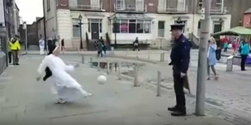 Ирландский полицейский посоревновался в чеканке мяча с монахиней. Видео