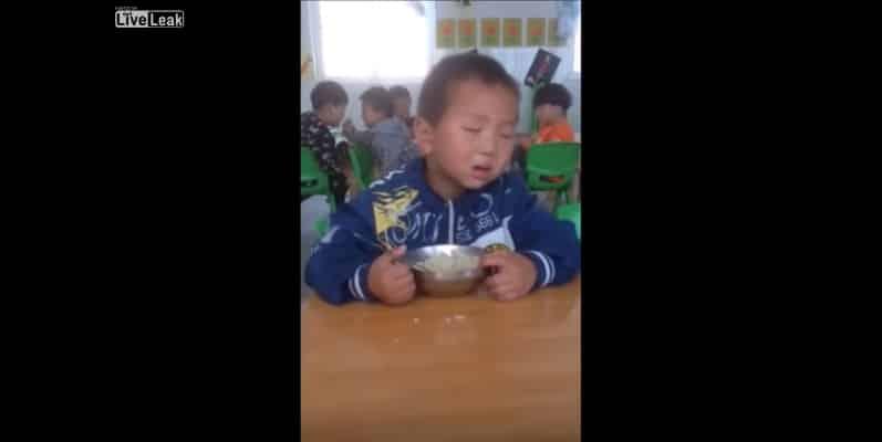 Китайский малыш упорно борется со сном. Видео
