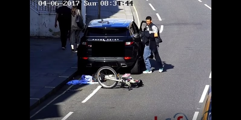 Наглый вор попытался обокрасть припаркованный автомобиль, но его быстро настигла полиция