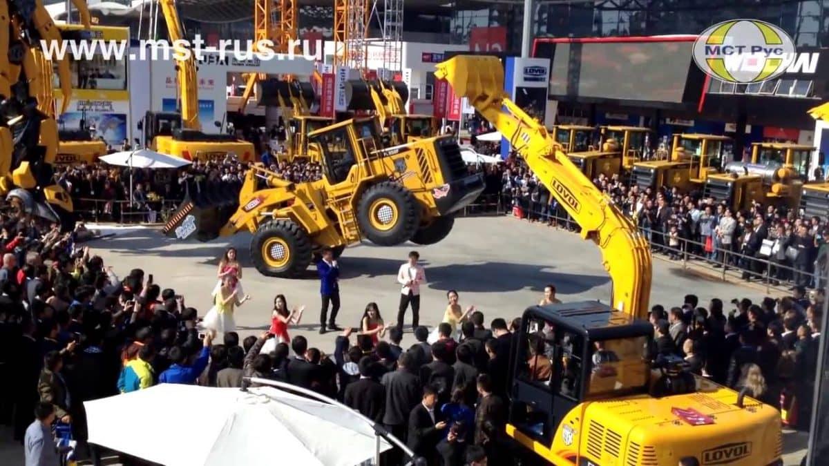 Только посмотрите, как танцует этот 16,7-тонный фронтальный погрузчик!