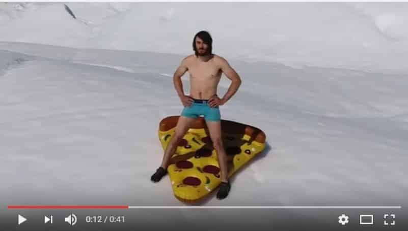 Когда жажда экстрима не знает границ: любитель острых ощущений съехал с айсберга на надувном куске пиццы