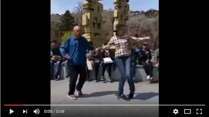 Вот так китайские дедушки проводят время со своими внуками!
