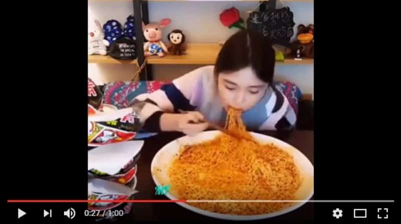 Ты не ты, когда голоден: девушка за раз съела огромную порцию лапши