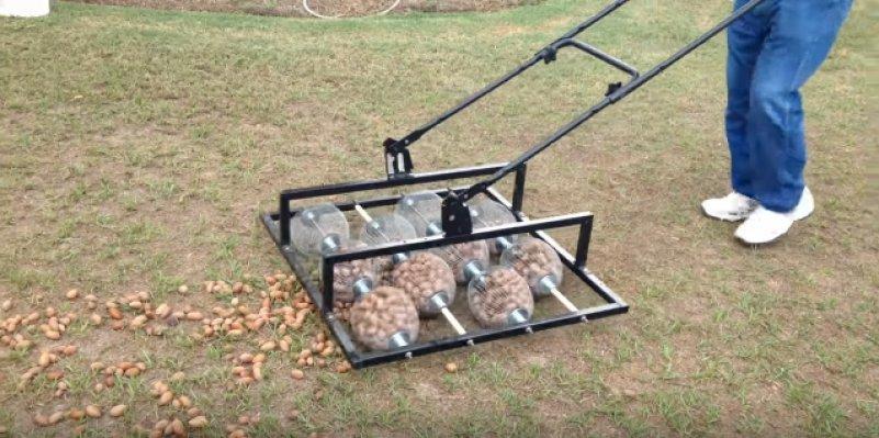 Хитрое устройство для быстрого сбора орехов с земли. Видео