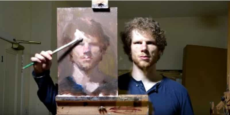 Талантливый художник создает автопортрет с собственного отражения