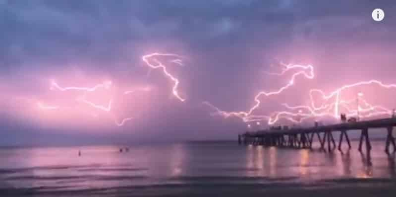 Завораживающий танец молний в Австралии. Видео