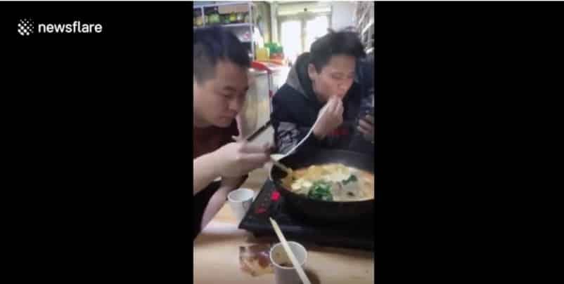 Китаец подшутил над залипающем в телефоне другом. Видео