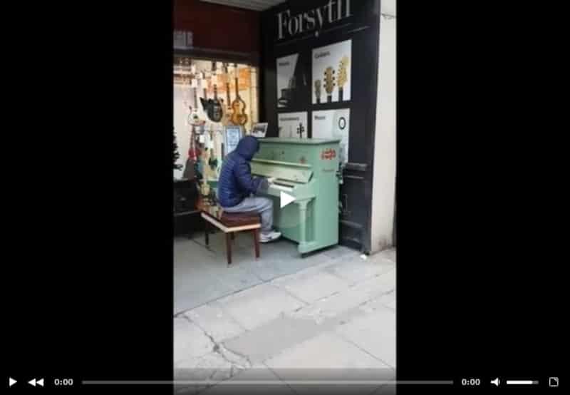Парень просто сел за уличное пианино в Манчестере и начал играть. Видео