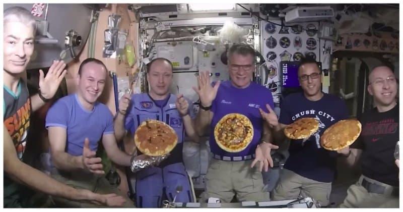 Как космонавты и астронавты на МКС готовили пиццу в невесомости. Видео