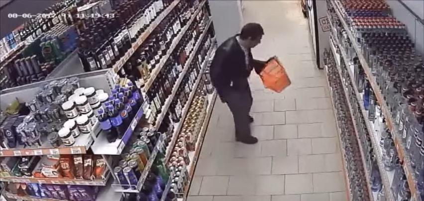 Весельчак в алкогольном отделе. Видео