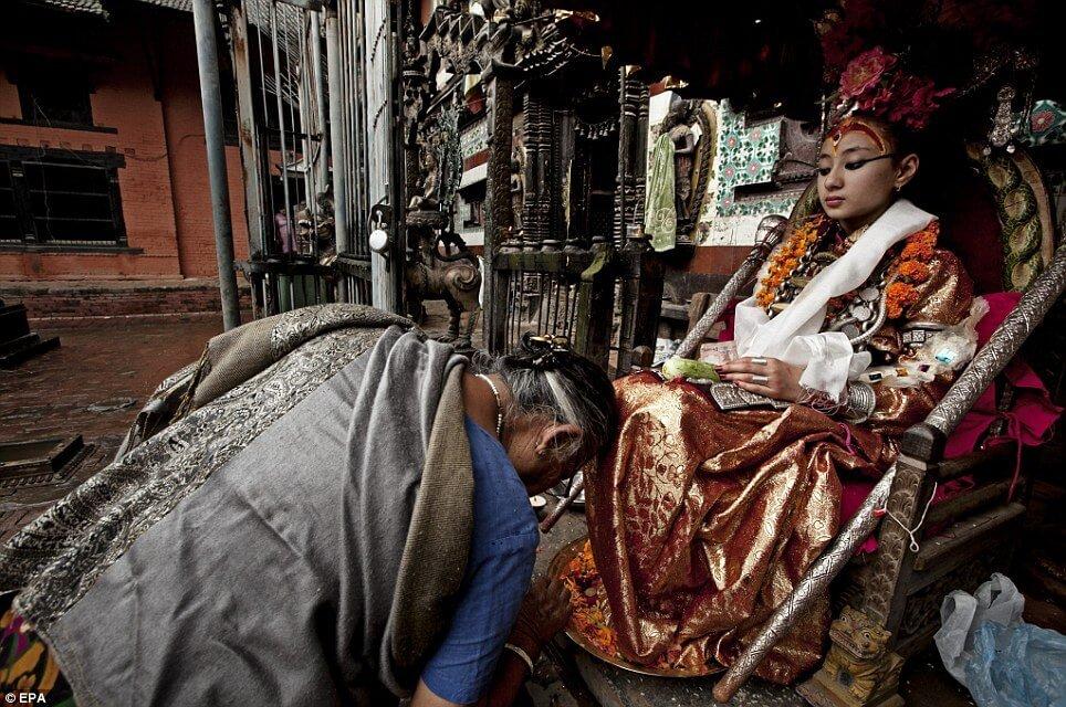 Живая девочка-богиня, ноги которой не касаются земли! рис 7