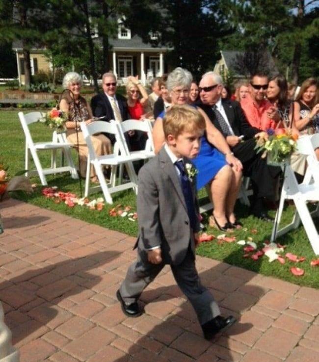 Злой мальчик на свадебной церемонии
