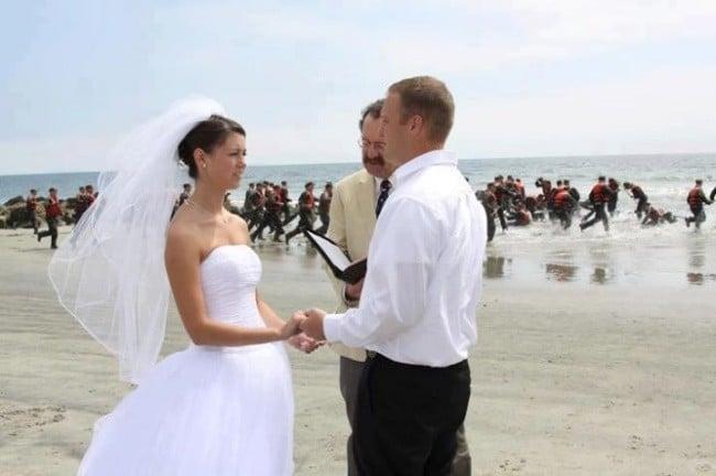 Свадебное фото с очень странным фоном