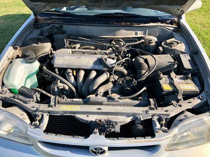 Интернет умирает со смеху, наблюдая, как мужчина пытается продать старую машину