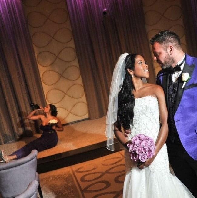 Жених и невеста   На заднем плане подружка пьёт из бутылки