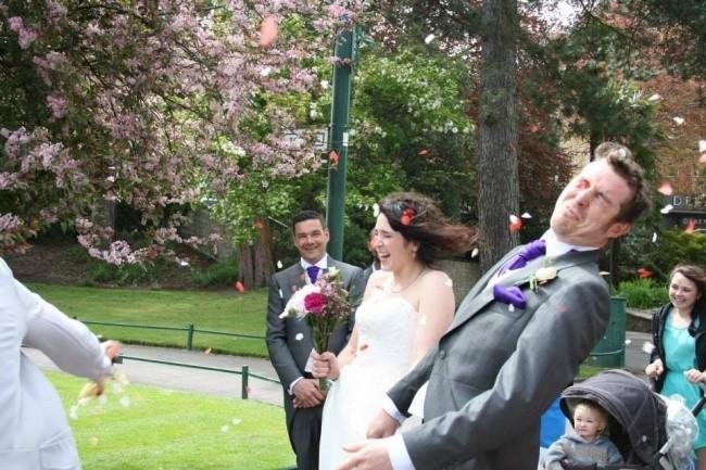Свадебная церемония   Жениху засыпали глаза лепестками