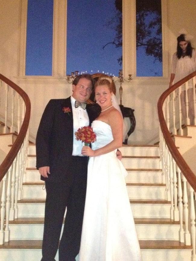 Жених и невеста   На заднем плане странная мрачная фигура