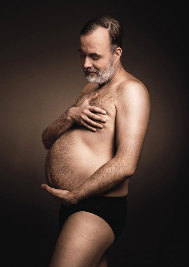15+ мужчин пародируют беременных женщин в фотосессии с пивным животом!