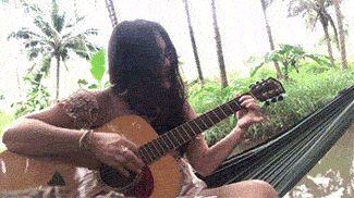 девушка с гитарой gif