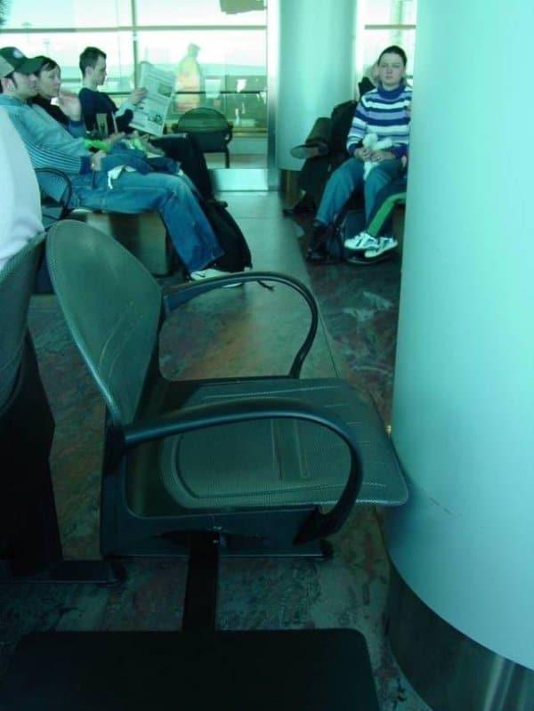 колонна перед креслом