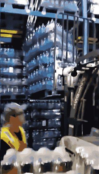 бутылки падают на складе gif