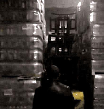 груз рассыпался на складе gif
