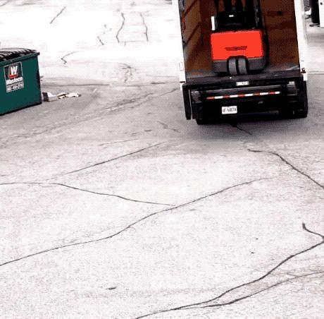 грузоподъемник выпал из кузова машины gif