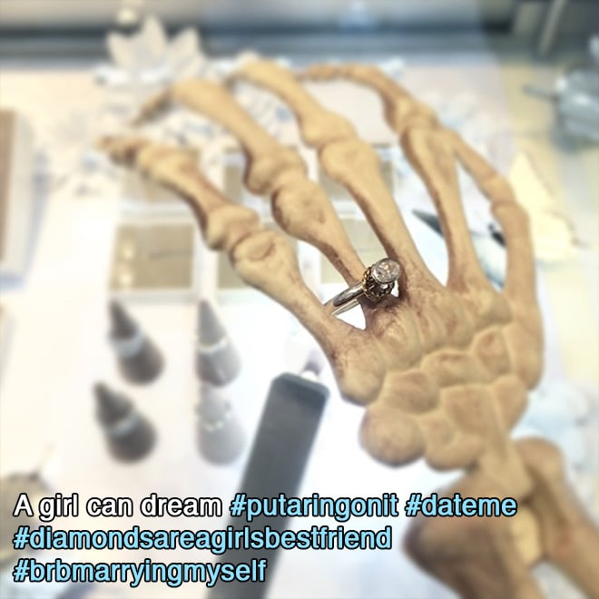 скелет с кольцом на пальце