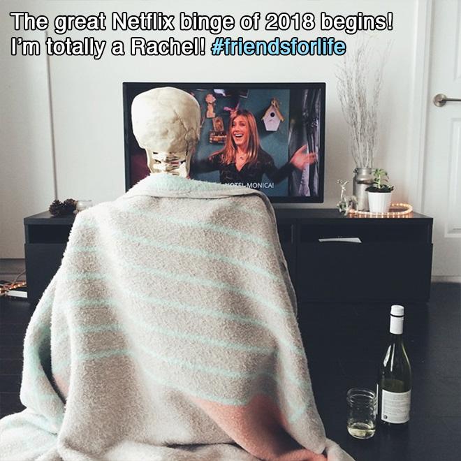 скелет смотрит телевизор