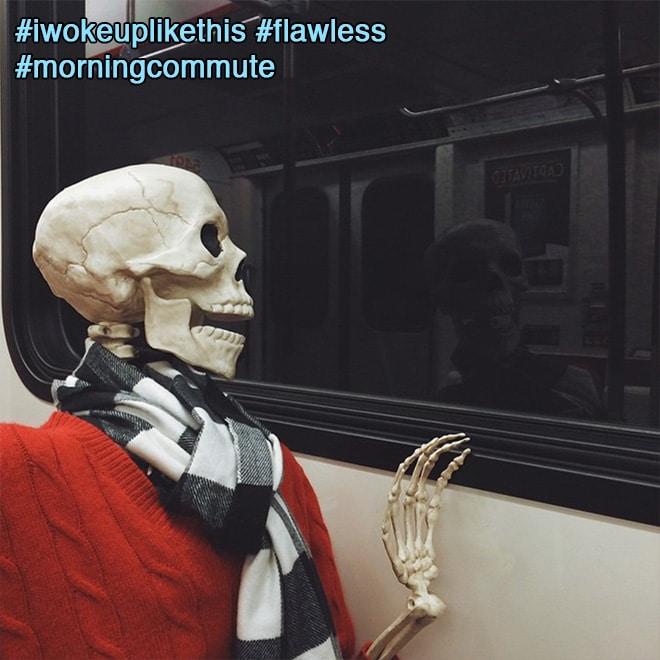 скелет смотрит в окно