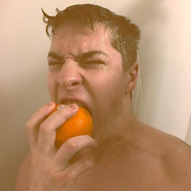 парень с апельсином
