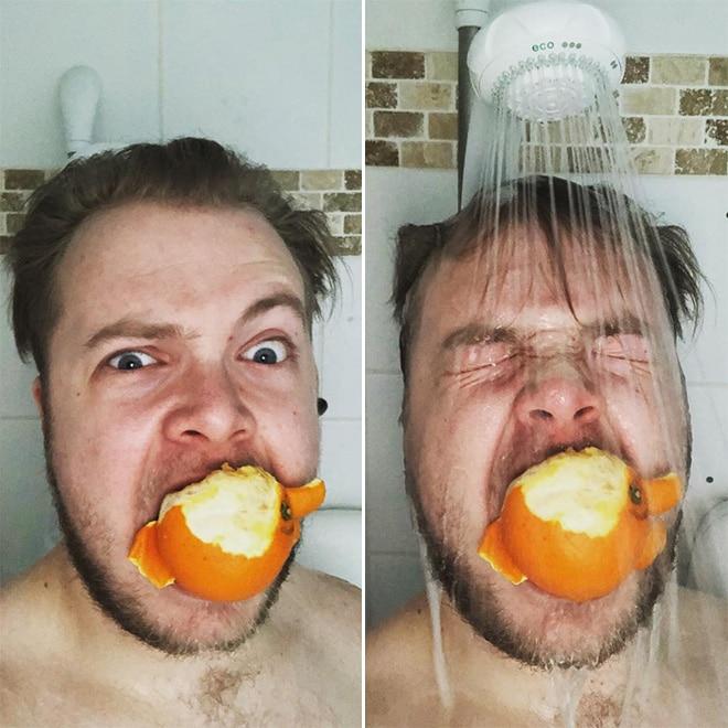 мужчина ест апельсин