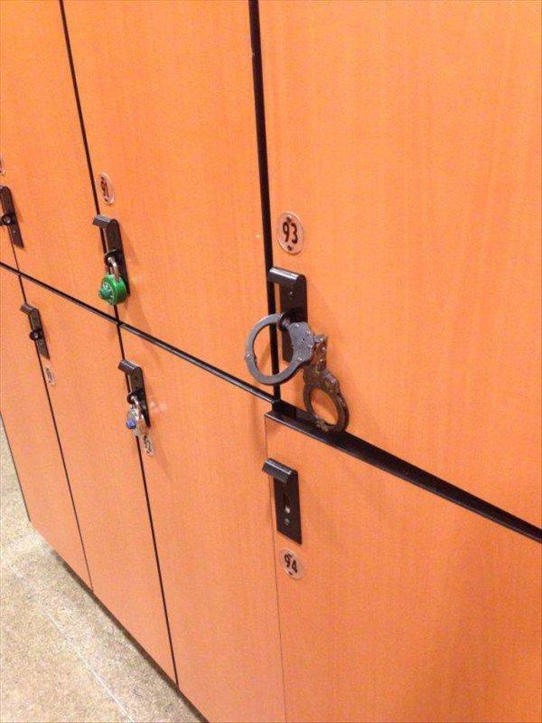 наручники на шкафчике
