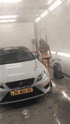 девушка моет машину gif