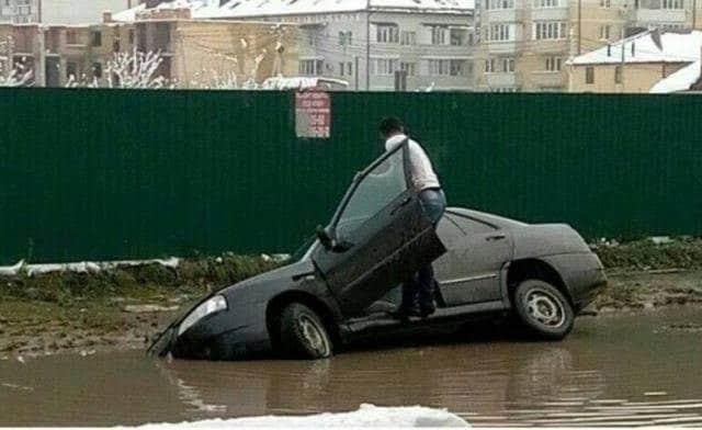 машина упала на бок в воду