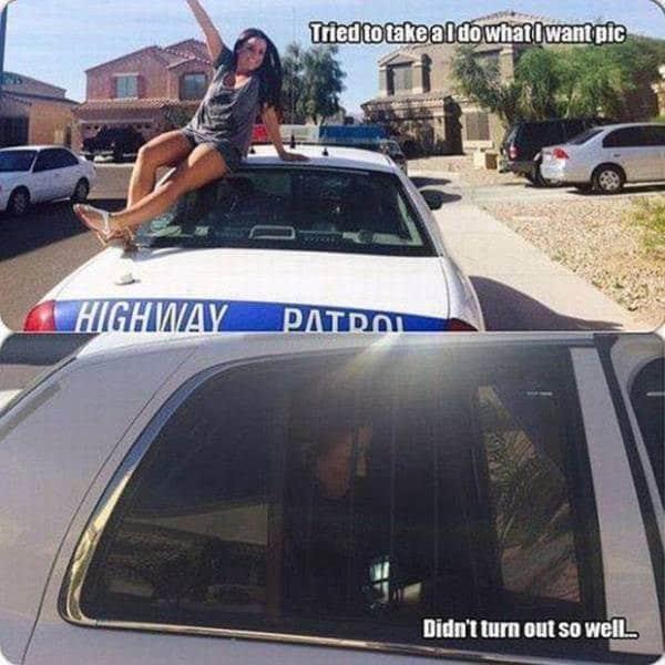 девушка сидит на крыше полицейской машины