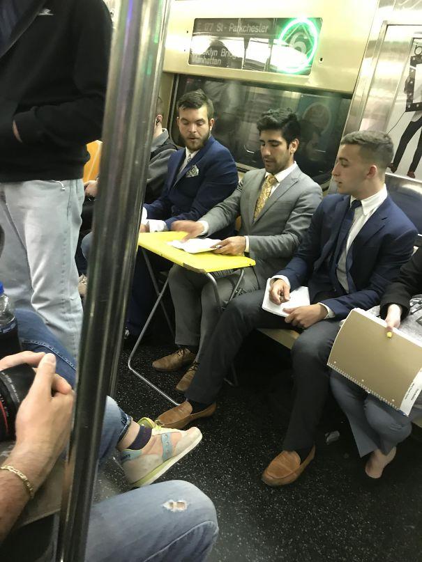 парни в метро
