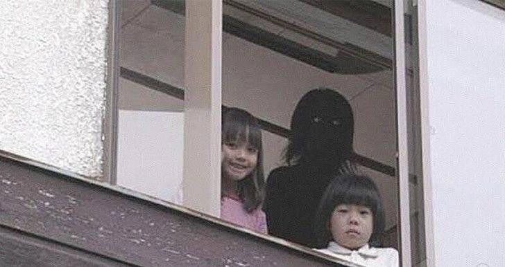 Страшное фото: темная фигура за спиной у детей