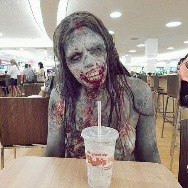 жуткая женщина-зомби в кафе